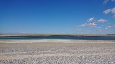 Photo d'une plage avec mer et ciel bleu